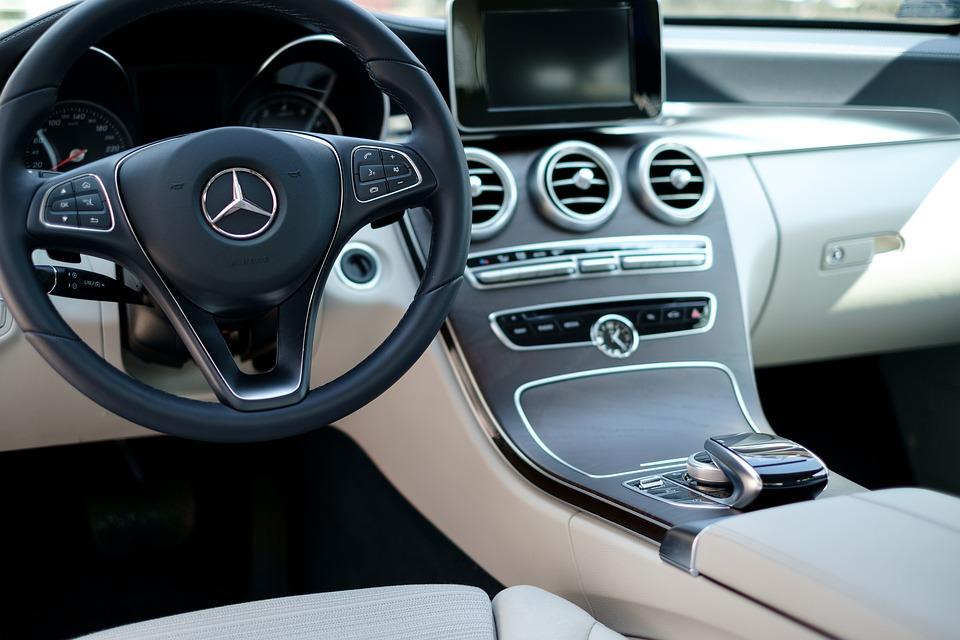 Jak czyścić tapicerkę w samochodzie
